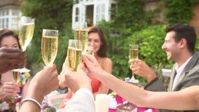 Zeitlupe-Reihenfolge von den Freunden, die Champagne Toast vorschlagen stock video footage