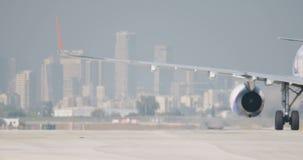 Zeitlupe schoss vom Passagierflugzeug, das auf den Flughafen mit einem Taxi fährt stock video