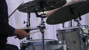 Zeitlupe schoss von einem Musiker, der an den Trommeln auf Festival durchführt stock video