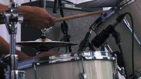 Zeitlupe schoss von einem Musiker, der an den Trommeln auf Festival durchführt stock video footage