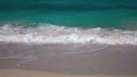Zeitlupe-tropisches blaues Meereswoge-Brechen stock footage