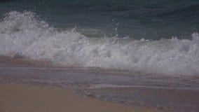 Zeitlupe-tropisches blaues Meereswoge-Brechen stock video footage