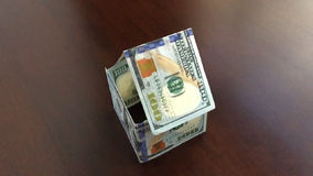Zeitlupe-Verschieben des Papiergeld-Hauses, das weg durchbrennt stock video