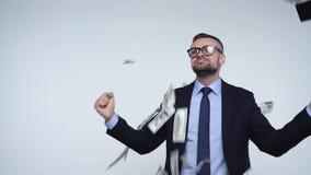 Zeitlupe von den Dollar, die auf formal gekleideten Mann fallen stock video footage