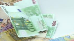 Zeitlupe von Euros fliegen und fallen Verschiedene Werte der Eurobanknoten stock video footage