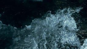 Zeitlupe von Wellen auf dunklem Wasser Überraschender drastischer natürlicher Hintergrund Schießen mit 180fps Episches mystisches stock video