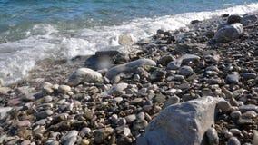 Zeitlupe von Wellen auf Kieseln stock footage