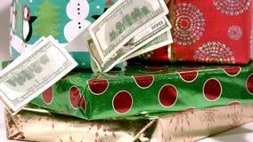 Zeitlupebargeld, das auf Weihnachtsgeschenke fällt stock footage