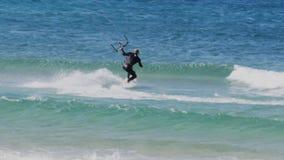 Zeitlupedrachensurfer, der eine Welle reitet stock video footage