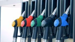 Zeitlupegesamtlänge einer Erdölpumpe mit Gasdüsen Benzinbrennstoff, Tankstellekonzept stock footage