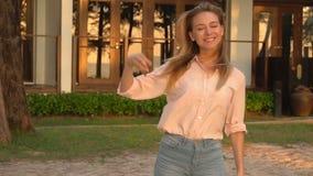 ZeitlupeGeschäftsfrau, die für Foto nahe eigener Villa aufwirft stock video footage