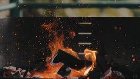 Zeitlupegrilllagerholzkohlengrillfeuer und -partikel stock video footage