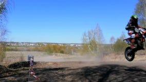 Zeitlupegruppe Motorradfahrer, die einen Berg springen stock video footage