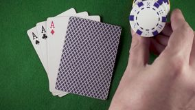 Zeitlupehand setzt Draufsicht der Chips auf dem Tisch stock video
