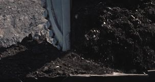 Zeitlupeladen eines Baggers in Bergbau-LKW Ladende Kohle des Baggers in den großen Kipplastern Kohle als Quelle von stock video