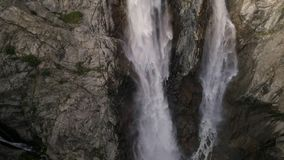 Zeitlupeluftschuß des Wasserfalls in den Bergen in Georgia, mazeri stock video