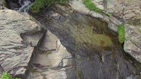 Zeitlupeluftvideo des tropischen Wasserfalls mit transparentem Wasser stock video footage