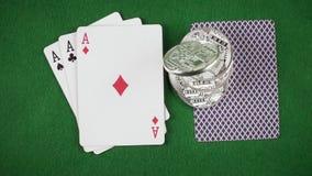 Zeitlupemünzen fallen auf die Draufsicht der Karten auf dem Tisch stock video
