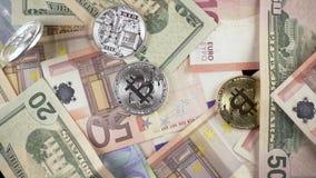 Zeitlupemünzen fallen für Bargeldeuros und Dollar Draufsicht stock video