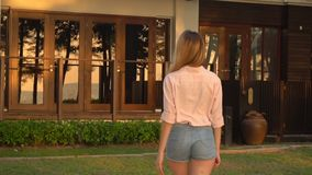 Zeitlupemarketingspezialistmädchen, das zum Hotel nach der Entspannung am Strand geht stock video
