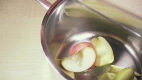 Zeitlupemesser, zum des Apfels weg vom Brett zu drücken stock video