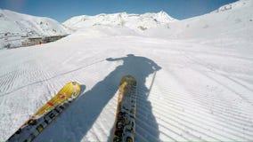 Zeitlupenahaufnahme von den Skis, die über Skisteigung schnitzen stock footage