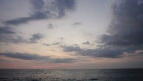 Zeitlupereise Blogger, der Video über Ferien an der Küste herstellt stock video