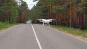 Zeitlupeschuss-Drohnenfliegen entlang Straße stock video