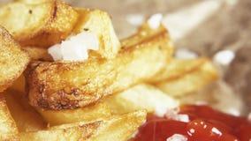 Zeitlupeseesalz gießen auf Pommes-Frites nah oben stock video