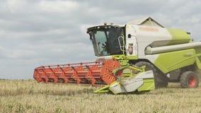Zeitlupeshow der Landwirtschaft von combaine Erntemaschinenfunktion auf großem Feld, Erntemaschine auf Feld, grüne combaine Fun stock video footage