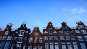 Zeitlupevideo der Ansicht vom Kanal zu den Straßen, zu den Kanälen mit alten flamish Häusern und zu den Brücken in Amsterdam stock video