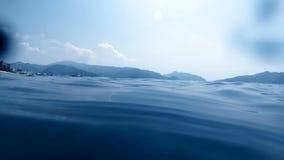 Zeitlupevideo der Kamera langsam versenkend in den Tiefsee am hellen sonnigen Tag stock footage
