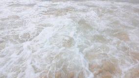 Zeitlupewellenmeer auf Sandstrand und -berg auf Himmelblau oder Azurblauhimmel und -wolke stock video