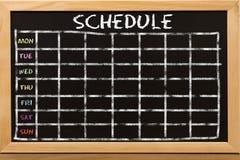 Zeitplan mit Gitterzeitplan auf schwarzer Tafel stockfoto