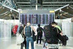 Zeitplantabelle des Passagiers aufpassende des flachen Fluges an Suvarnabhumi-airp lizenzfreie stockfotos