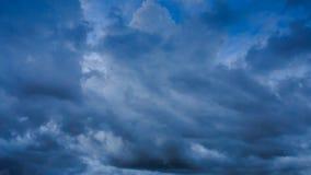 Zeitraffer von weißem Grey Dark Blue Cumulus Clouds stock footage