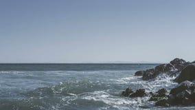 Zeitraffervideo 4k von den Meereswellen, die auf Steinen zusammenstoßen Timelapse-Film von Schwarzem Meer bewegt das Spritzen auf stock video