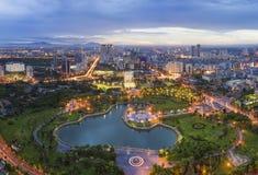 Zeitraum des Hanoi-Skylinestadtbilds in der Dämmerung Park Cau Giay, westlich von Hanoi Stockbild