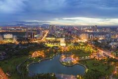 Zeitraum des Hanoi-Skylinestadtbilds in der Dämmerung Park Cau Giay, westlich von Hanoi Lizenzfreies Stockfoto