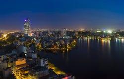 Zeitraum des Hanoi-Skylinestadtbilds in der Dämmerung Westsee-Vogelperspektive Stockfotografie