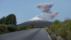 Zeitsch??e von Popocatepetl-Vulkan gesehen vom Evakuierungsweg stock footage