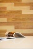 Zeitschrift auf dem Tisch im Wohnzimmer Lizenzfreie Stockbilder