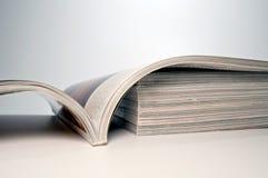 Zeitschrift auf einem Stapel Zeitschriften lizenzfreies stockfoto