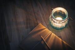 Zeitschrift mit einer alten Kerzenlaterne Stockbilder