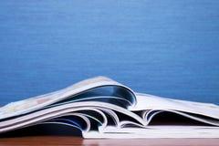 Zeitschriften auf blauem Hintergrund Stockfotos