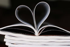 Zeitschriften auf einer Tabelle lizenzfreie stockfotografie