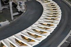 Zeitschriften auf Förderband in der Druckerei Stockbilder