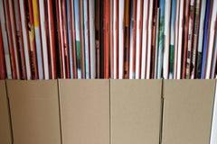 Zeitschriften in den Aufbewahrungsbehältern Lizenzfreies Stockbild