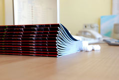 Zeitschriften in der Reihe Stockfotos