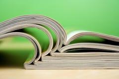 Zeitschriften, die auf Tabelle liegen Stockbild
